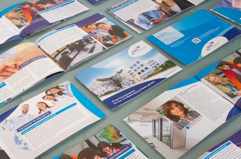 Alles unter einem Dach – auch in der neuen Broschüre der Berufsakademie Passau.